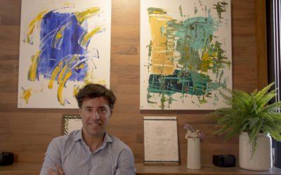 El notario Rafael Bescansa expone su obra artística y donará íntegra la recaudación de la venta de los cuadros a Cáritas